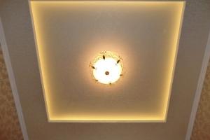 Капитальный ремонт квартиры Донецк. Двухуровневый потолок в холле с нишей скрытой подсветки.