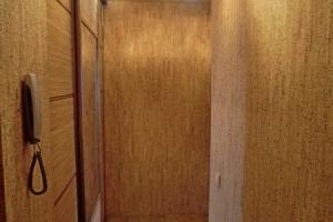Капитальный ремонт квартиры Донецк, прихожая. Пробковое покрытие на стенах.