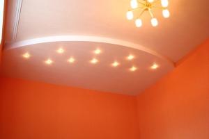Капитальный ремонт квартиры Донецк, потолок в спальне