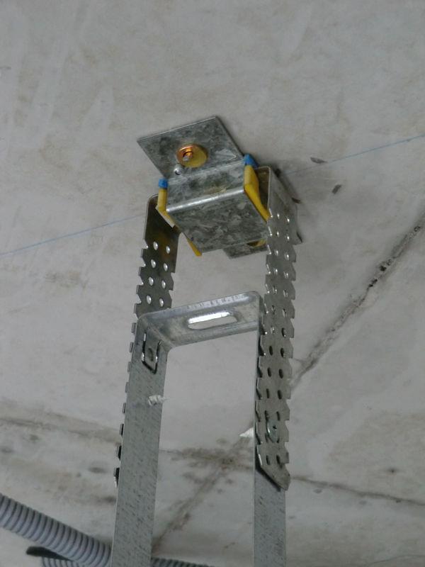 Крепление к потолку с помощью виброизолирующего подвеса